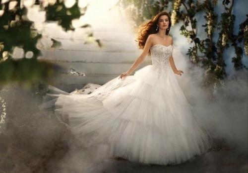 迎来小高潮,闪亮系婚纱仍受新人欢迎  第3张