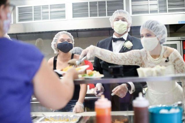 这对夫妇穿婚纱,将婚宴食物全部捐出  第1张