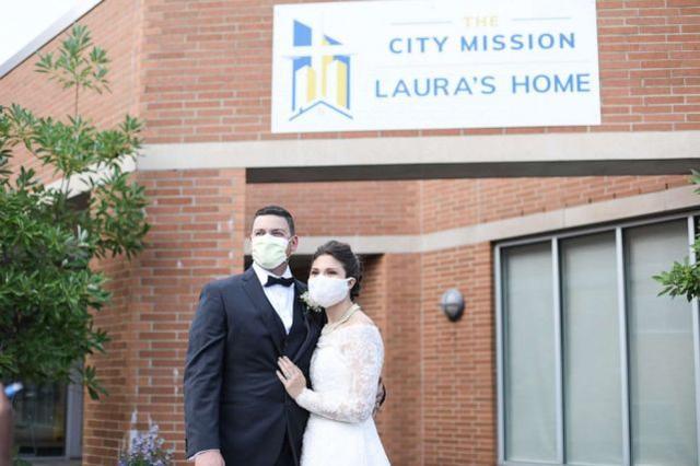 这对夫妇穿婚纱,将婚宴食物全部捐出  第2张