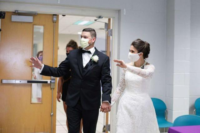 这对夫妇穿婚纱,将婚宴食物全部捐出  第4张
