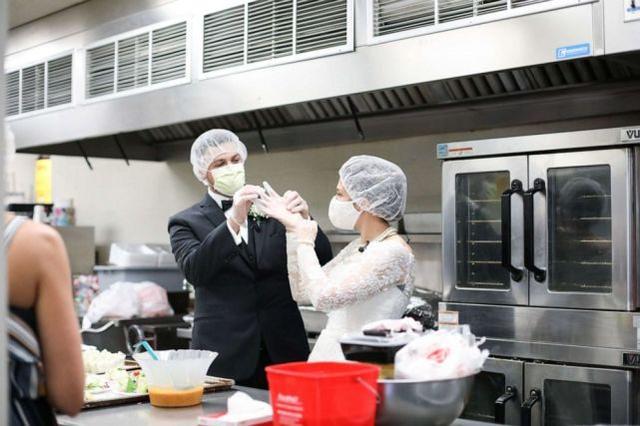 这对夫妇穿婚纱,将婚宴食物全部捐出  第5张