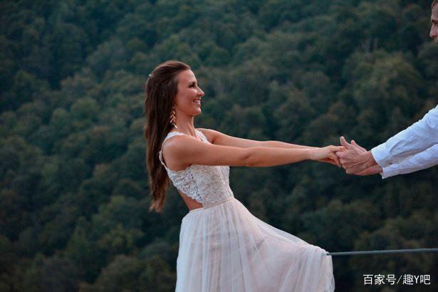 真拼命……新娘在悬崖边缘上拍婚纱照  第4张