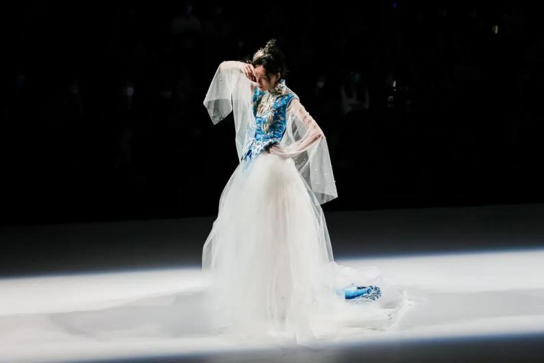 """非遗""""嫁""""给时尚!最美中式嫁衣亮相2020广东时装周  第5张"""