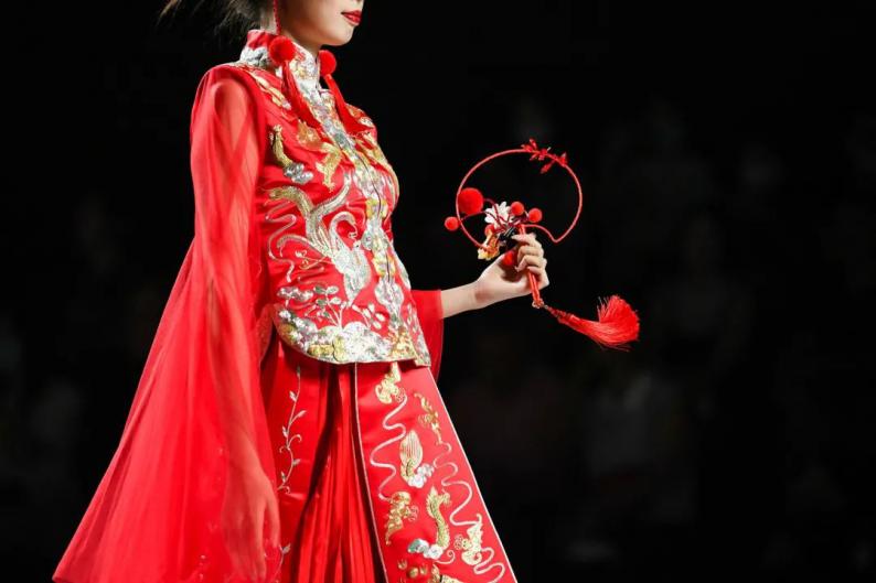 """非遗""""嫁""""给时尚!最美中式嫁衣亮相2020广东时装周  第8张"""