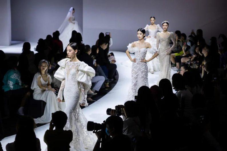 直击现场 | 全球顶级奢华婚纱亮相上海时装周  第5张