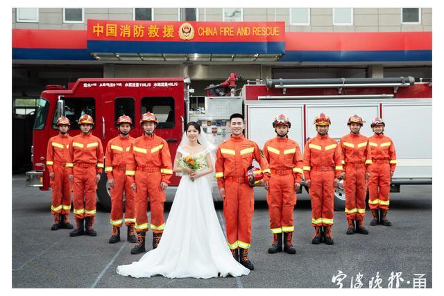 满满都是幸福!消防员携妻子拍摄橙色婚纱照  第1张