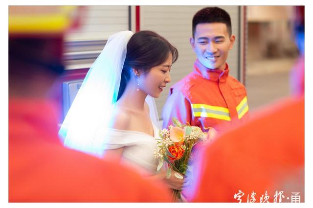 满满都是幸福!消防员携妻子拍摄橙色婚纱照  第2张