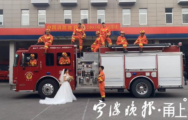 满满都是幸福!消防员携妻子拍摄橙色婚纱照  第3张