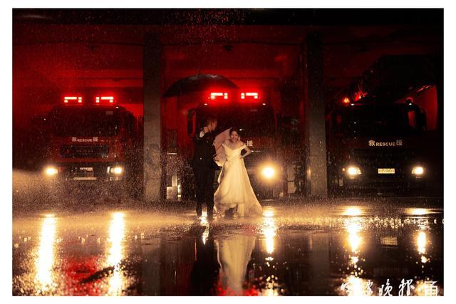 满满都是幸福!消防员携妻子拍摄橙色婚纱照  第5张