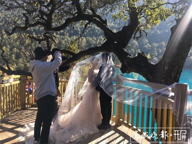 一年接待2万多对新人!玉龙雪山成婚纱旅拍天堂  第1张