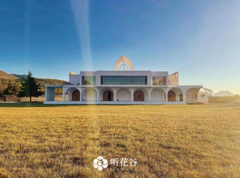 婚礼堂发布:雪山下的圣洁礼堂,丽江婚礼新地标  第2张