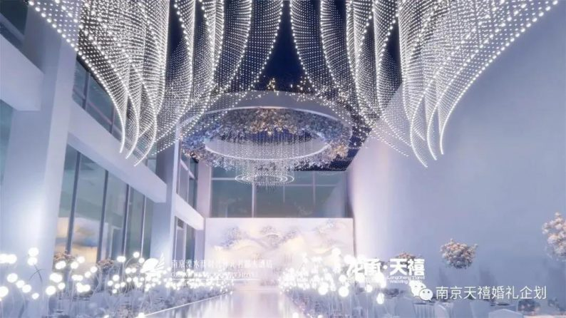婚礼堂发布:水晶白色系!南京天空之镜婚礼堂  第2张