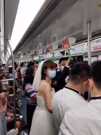 深圳新人挤地铁参加婚礼,给乘客发喜糖  第1张