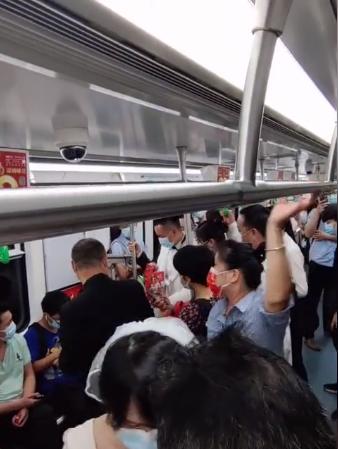深圳新人挤地铁参加婚礼,给乘客发喜糖  第2张