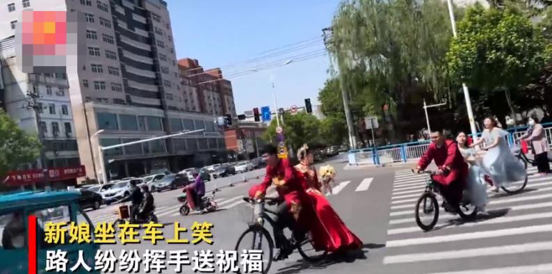 深圳新人挤地铁参加婚礼,给乘客发喜糖  第3张
